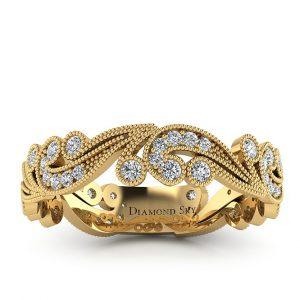 Orientalny szyk - Ażurowa obrączka ślubna z żółtego złota z diamentami