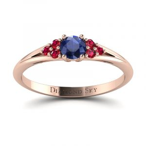 Wytworna elegancja - Pierścionek zaręczynowy z różowego złota z szafirem i rubinami